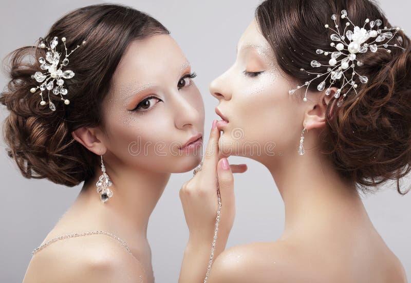 sensuality Två kvinnamodemodeller med moderiktigt smink arkivfoton