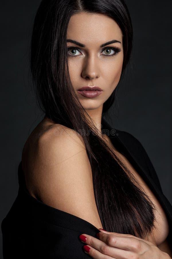 Sensueel donkerbruin dameportret op zwarte achtergrond stock fotografie