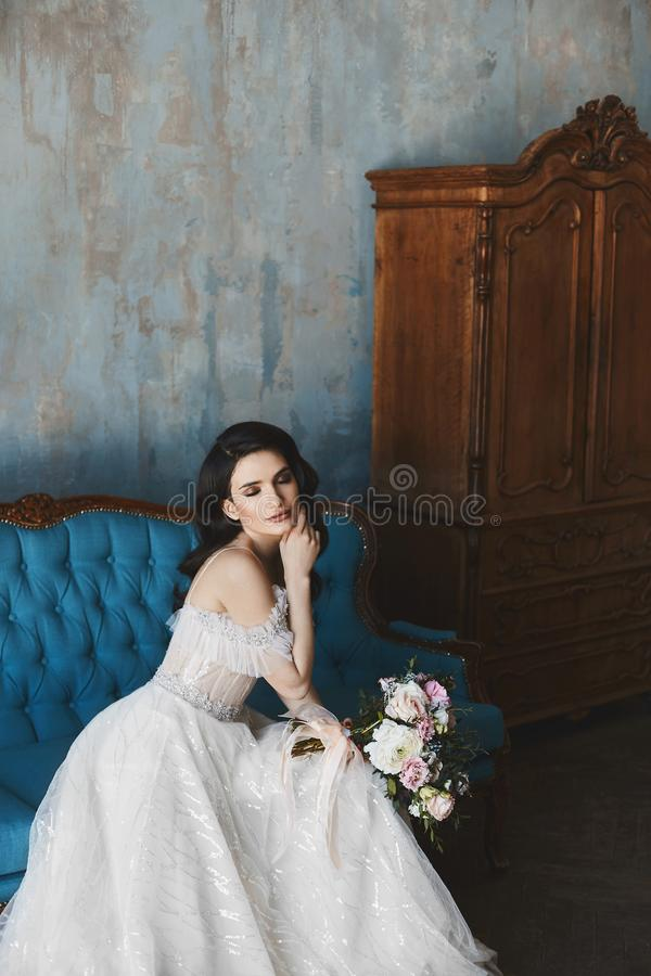 Sensueel en sexy donkerbruin modelmeisje met heldere make-up in modieuze kantkleding met naakte schouders met luxe stock afbeelding