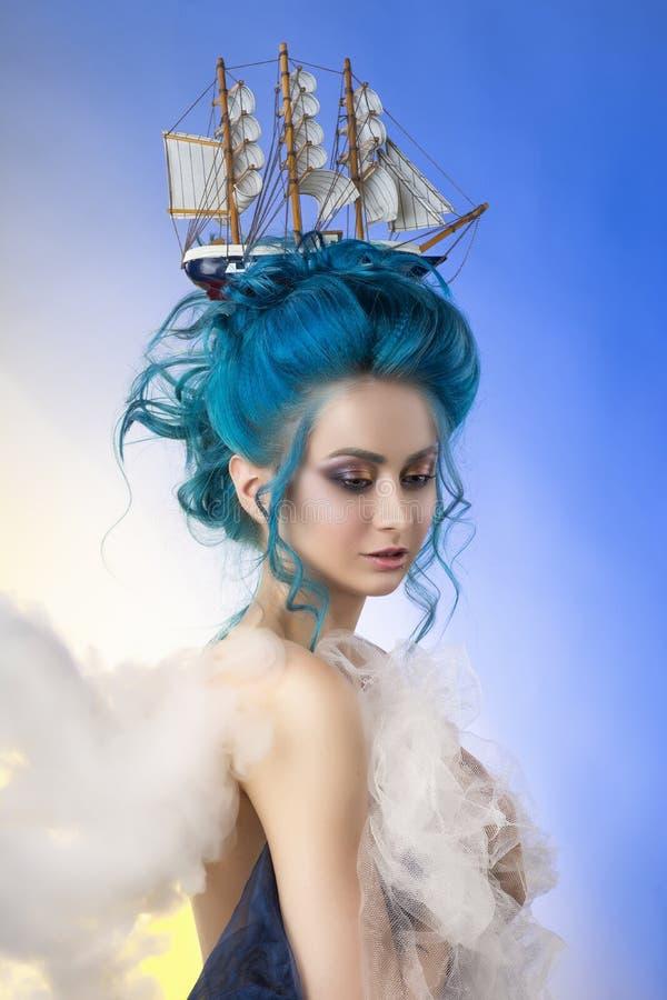 Sensueel jong meisje met naakte schouders en geschilderd blauw haar st stock foto