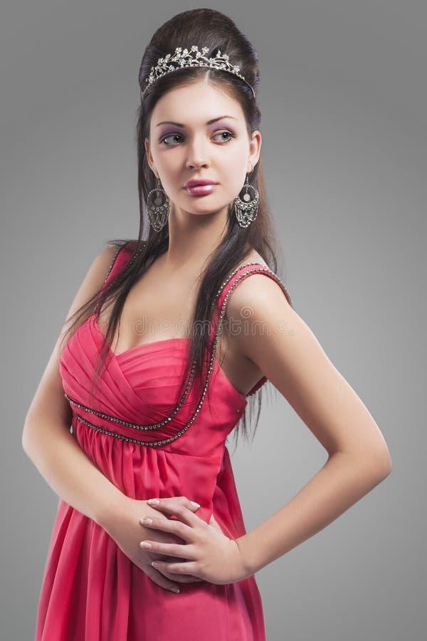 Sensueel Kaukasisch Wijfje in het Gelijk maken van Roze Kleding die Tiara dragen Ag royalty-vrije stock foto