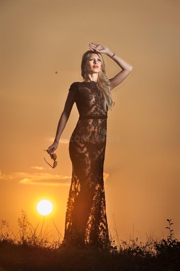 Sensueel meisje die met zon achter haar toenemen stock afbeeldingen