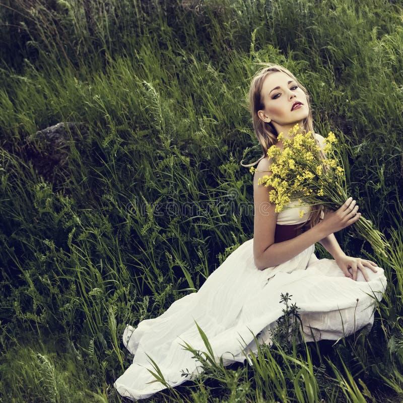 sensueel meisje in het bos. royalty-vrije stock afbeelding