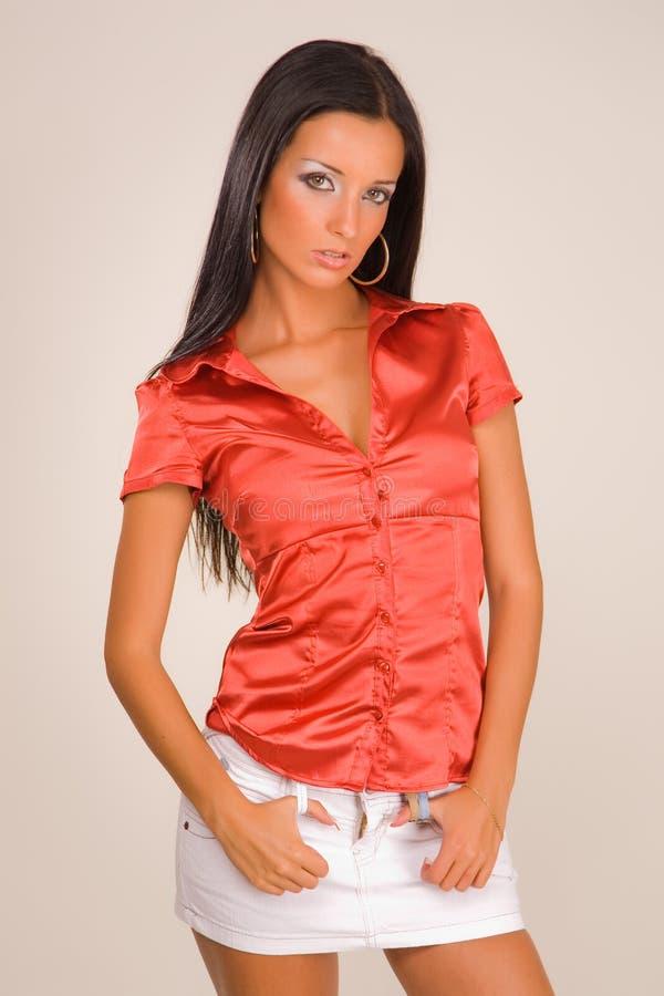 Sensueel meisje in rode blouse stock foto