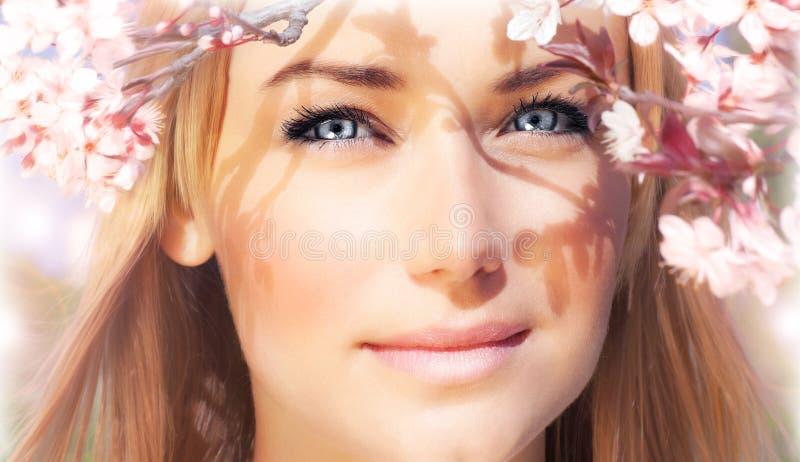 Sensueel portret van een de lentevrouw stock foto