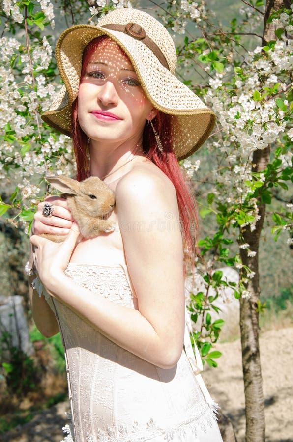 Sensueel portret van een de lentevrouw met konijn stock afbeeldingen