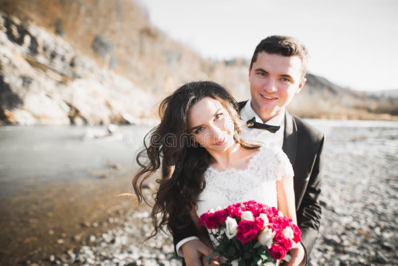 Sensueel portret van een jong huwelijkspaar openlucht royalty-vrije stock afbeeldingen