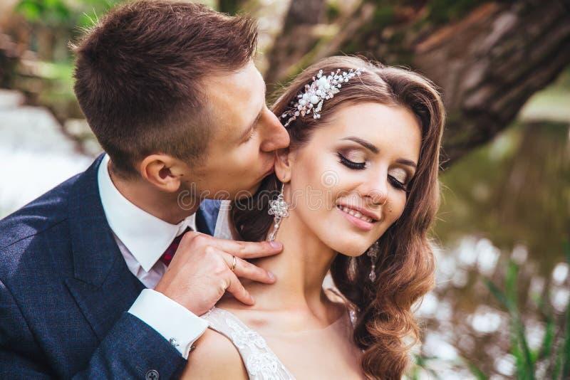 Sensueel portret van een jong paar Huwelijksfoto openlucht royalty-vrije stock afbeelding