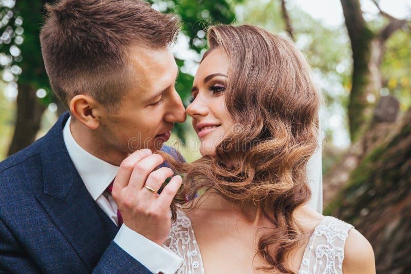 Sensueel portret van een jong paar Huwelijksfoto openlucht stock foto's