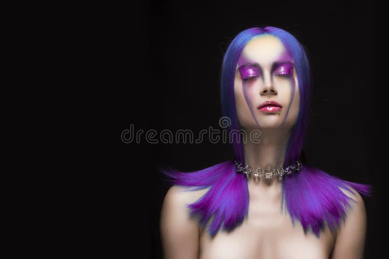 Sensueel portret van mooi geverft violet multicolored haar nake royalty-vrije stock afbeeldingen