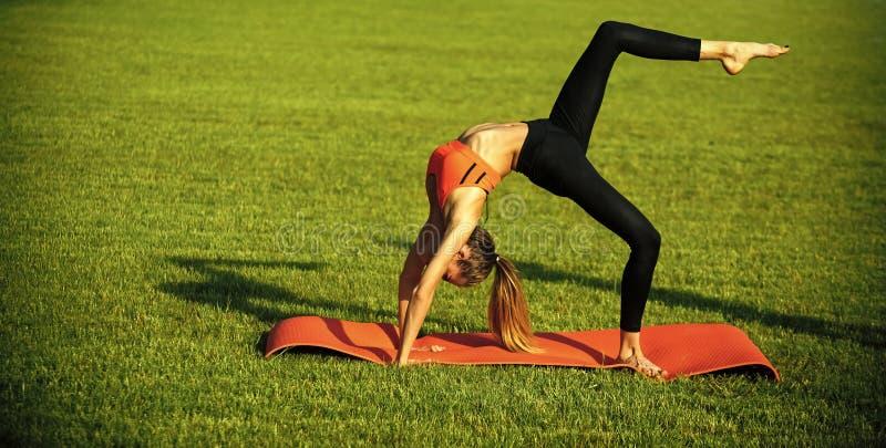 Sensueel vrouwenlichaam Sexy woman athlete do yoga oefeningen, activiteit stock foto