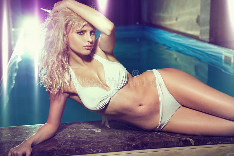 Sensuele blonde bij de swmming-pool stock foto's