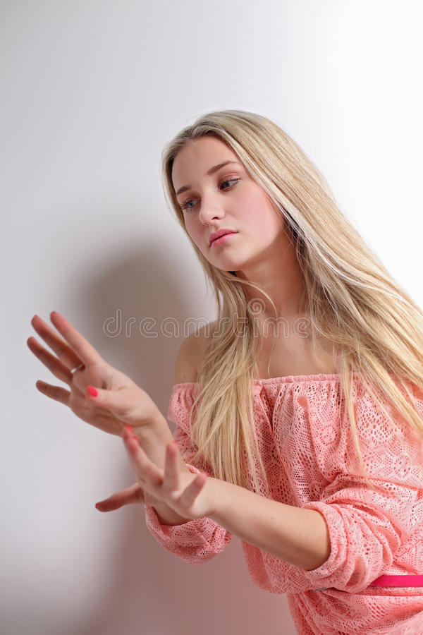 Sensuele blondevrouw in elegante kleding Sluit omhoog stock afbeeldingen