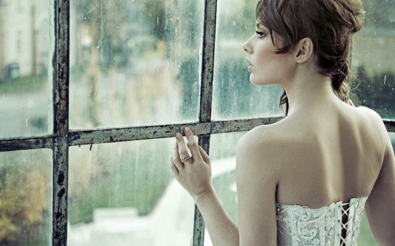 Sensuele bruid die op haar echtgenoot wachten royalty-vrije stock afbeeldingen