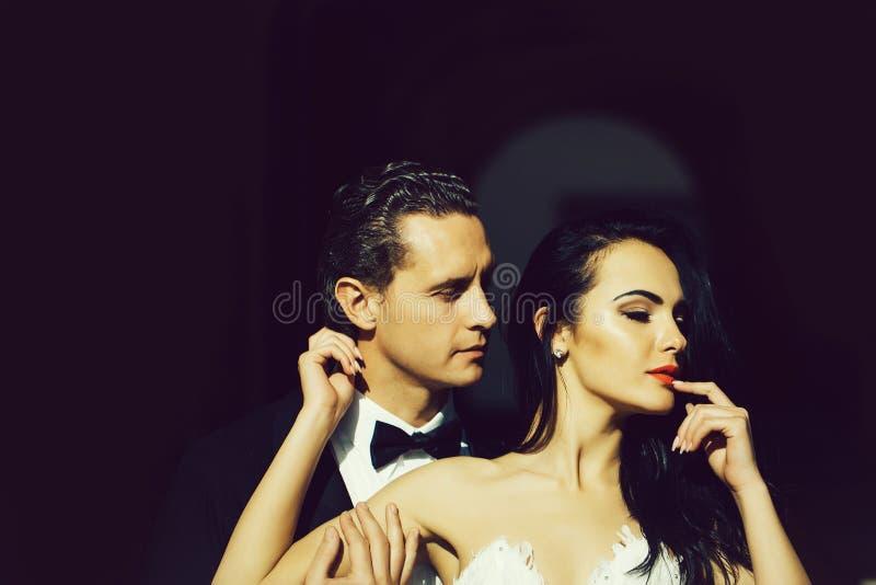 Sensuele bruid en bruidegom stock afbeelding