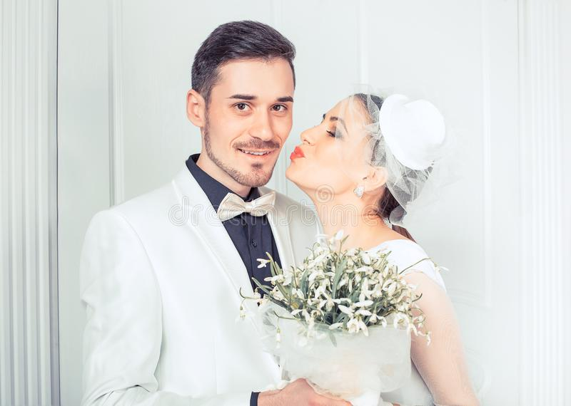 Sensuele bruid kussende bruidegom stock afbeelding