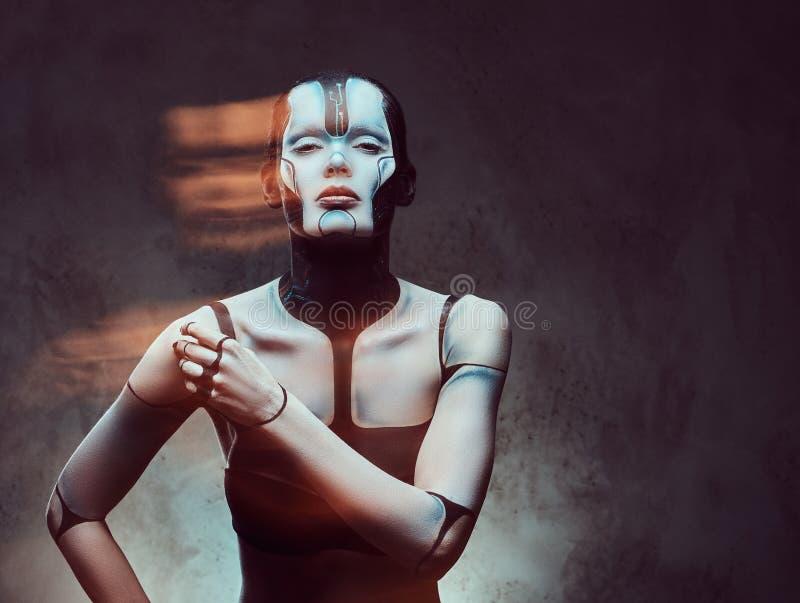 Sensuele cybervrouw met creatieve samenstelling Technologie en toekomstig concept Geïsoleerd op een donkere geweven achtergrond royalty-vrije stock foto
