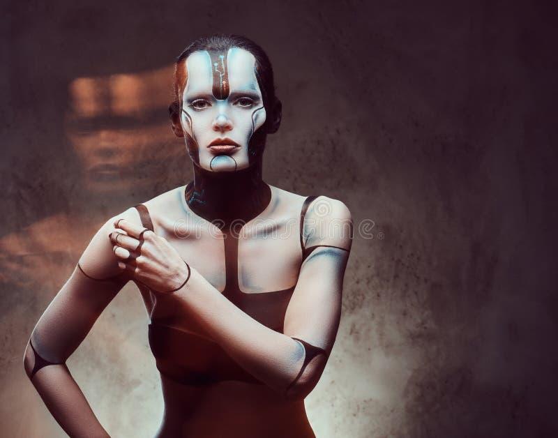 Sensuele cybervrouw met creatieve samenstelling Technologie en toekomstig concept Geïsoleerd op een donkere geweven achtergrond royalty-vrije stock fotografie