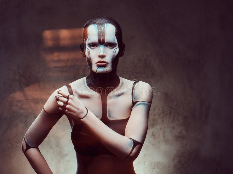 Sensuele cybervrouw met creatieve samenstelling Technologie en toekomstig concept Geïsoleerd op een donkere geweven achtergrond royalty-vrije stock afbeeldingen