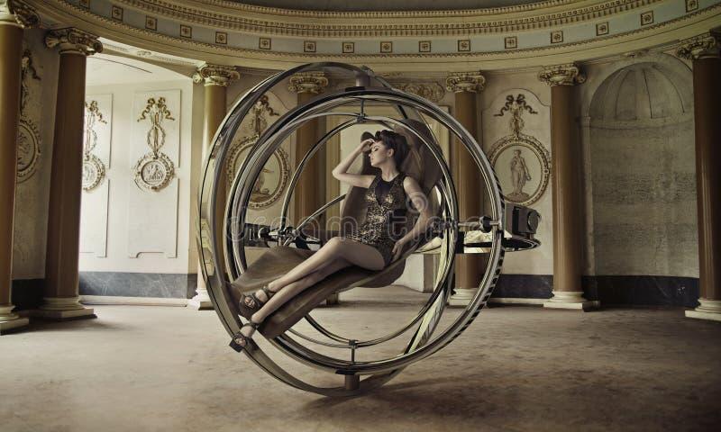 Sensuele damezitting op het toekomstige meubilair stock afbeelding
