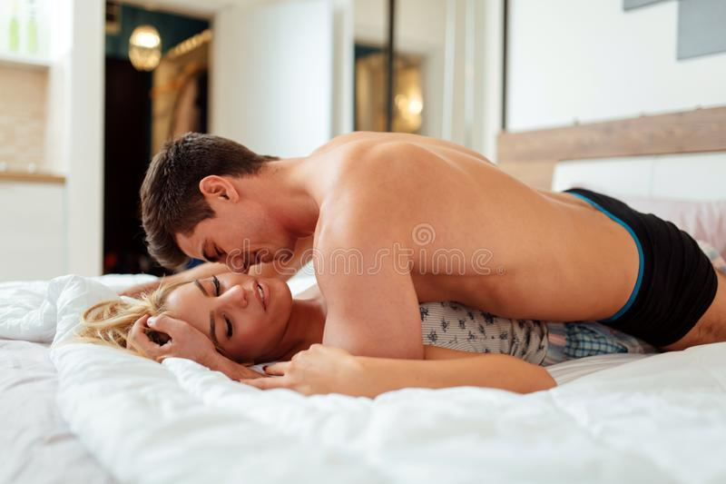 Sensuele foreplay in bed stock afbeelding