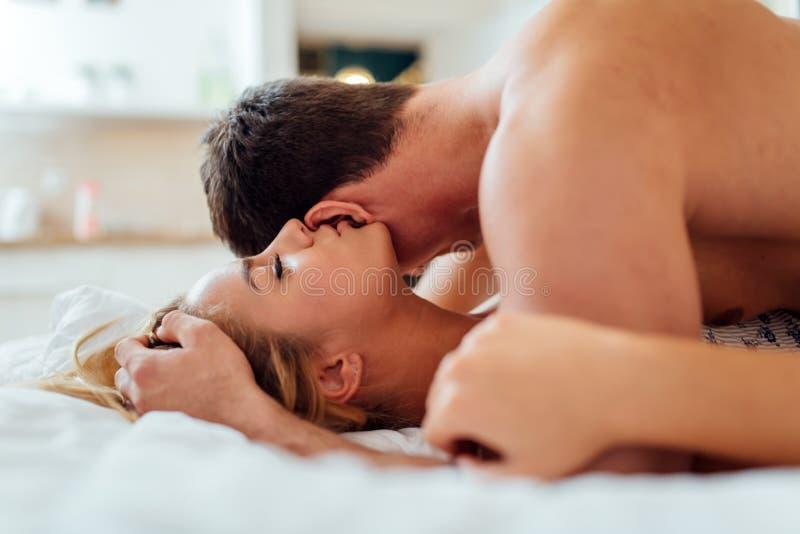 Sensuele foreplay door paar stock afbeelding