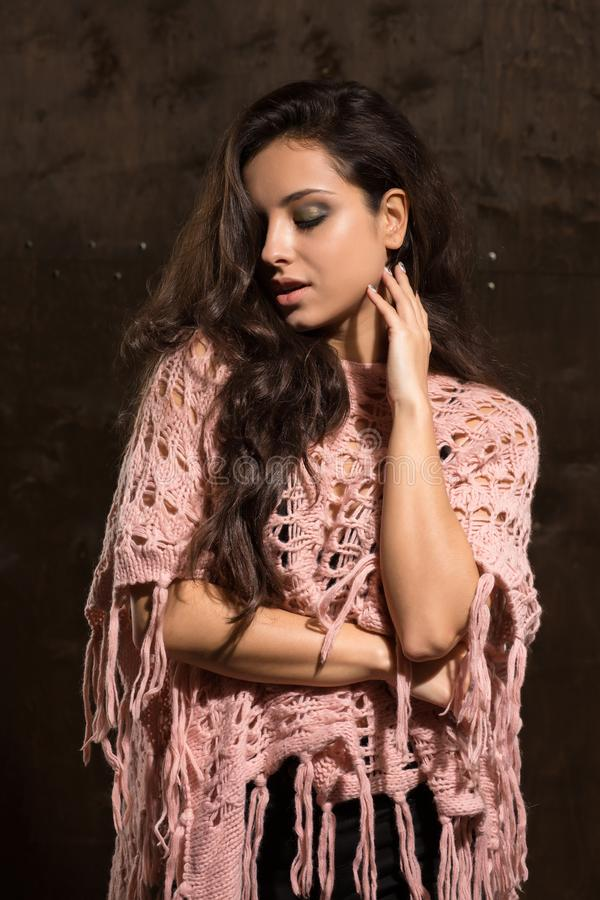 Sensuele gelooide dame die met heldere make-up roze gebreide swea dragen stock afbeeldingen