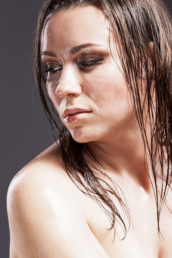 Sensuele Gelooide Kaukasische Donkerbruine Vrouw met Droevige Uitdrukking stock afbeelding