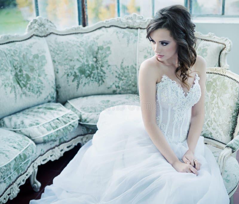 Sensuele jonge bruid na huwelijksontvangst stock foto