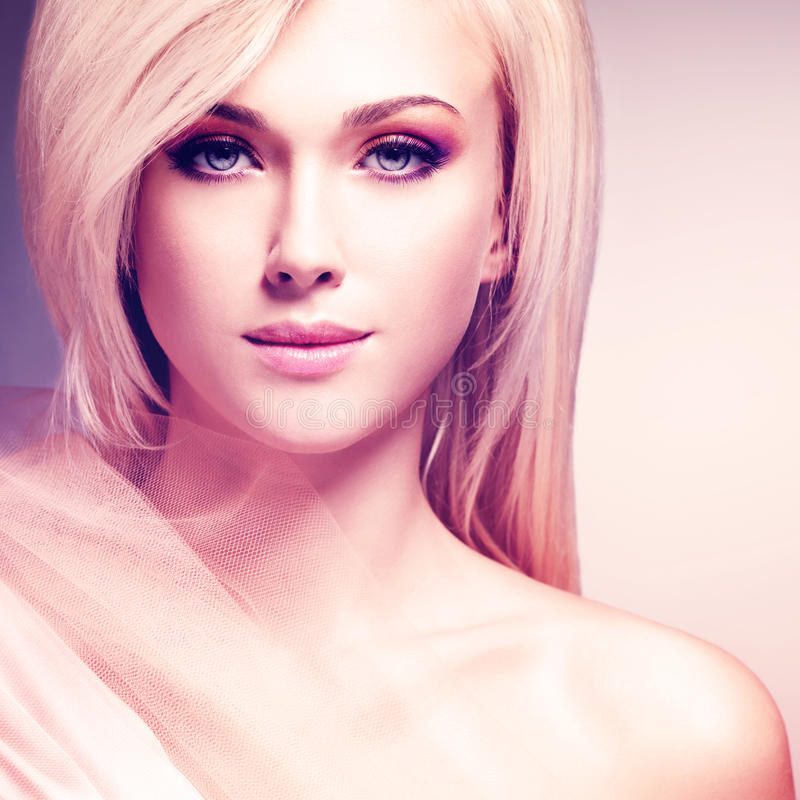 Sensuele jonge vrouw in de beige zijde royalty-vrije stock afbeelding
