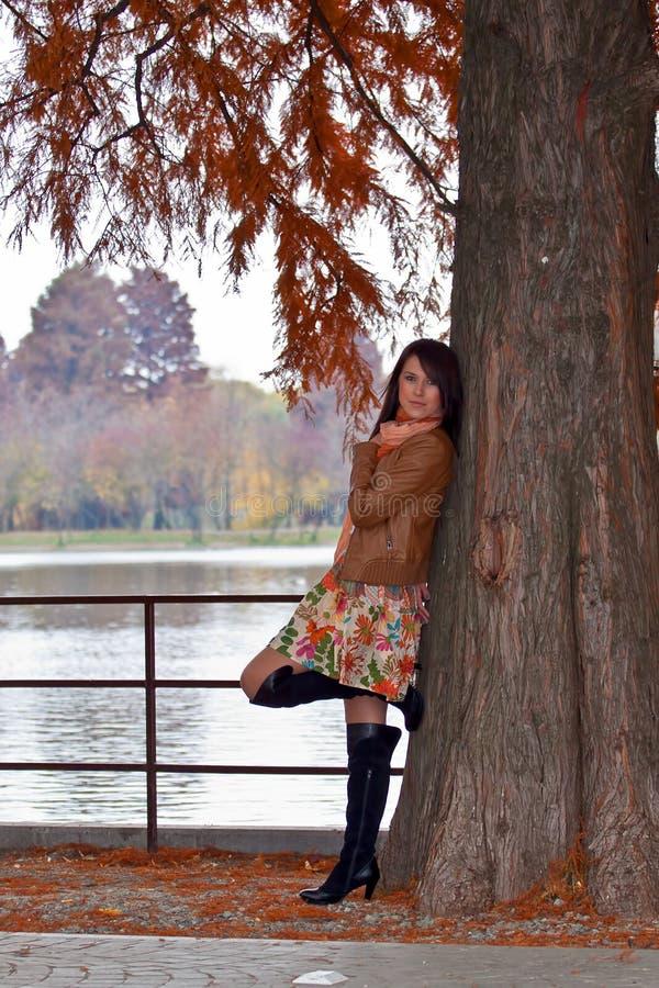 Sensuele jonge vrouw die in park wacht royalty-vrije stock fotografie