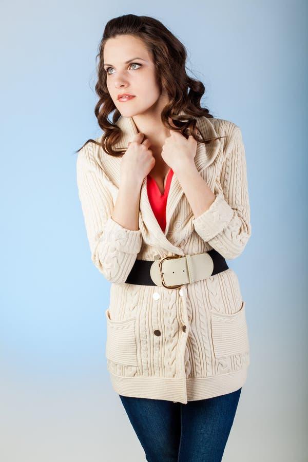 Sensuele jonge vrouw met mooie lange bruine haren royalty-vrije stock afbeeldingen