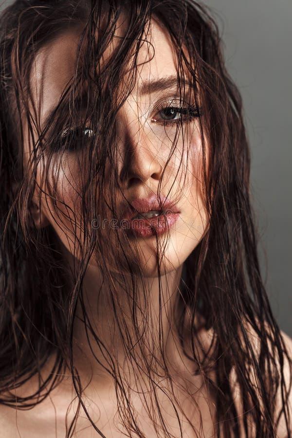 Sensuele jonge vrouw met sexy mollige lippen, schone glanzende huid en w stock fotografie