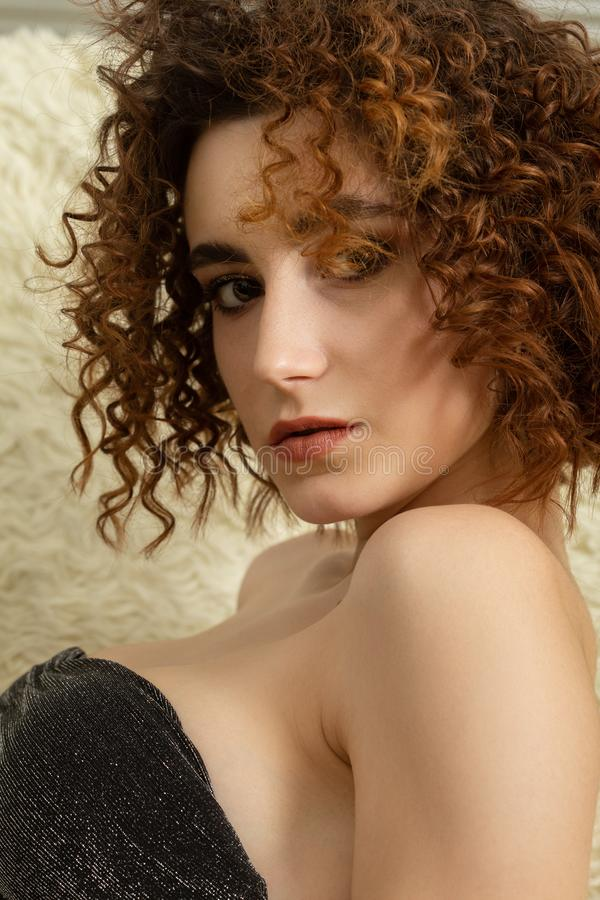 Sensuele krullende vrouw stock foto