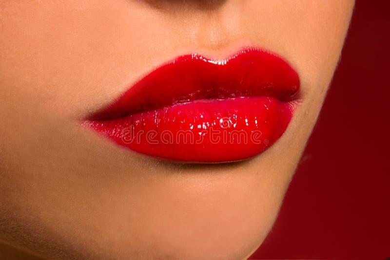 Sensuele lippen met rode lippenstift stock foto