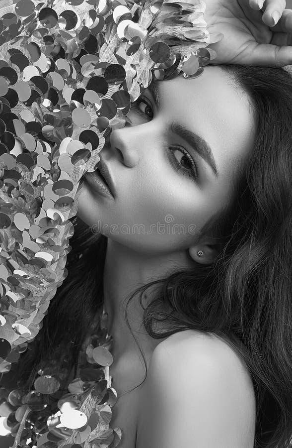 Sensuele mooie donkerbruine vrouw in een glanzende manierkleding van seq royalty-vrije stock fotografie