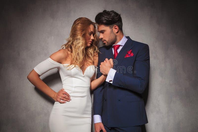 Sensuele paarholding elkaar dicht door hun handen royalty-vrije stock afbeeldingen