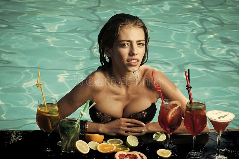Sensuele sexy vrouw Vrouw met alcoholische drank en fruit royalty-vrije stock afbeelding