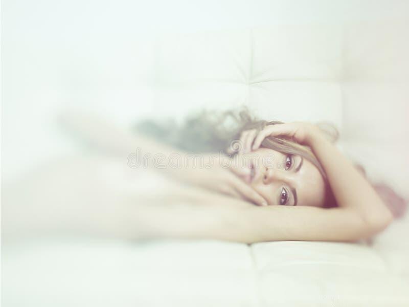 Download Sensuele vrouw in bed stock foto. Afbeelding bestaande uit huis - 39105240