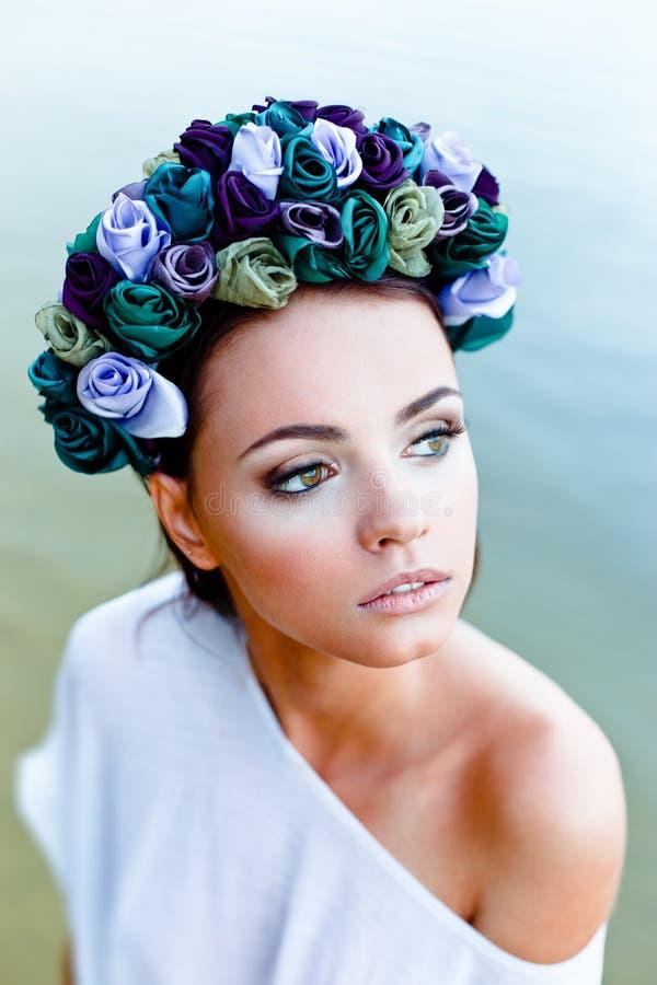 Sensuele vrouw in bloemenkroon royalty-vrije stock afbeelding