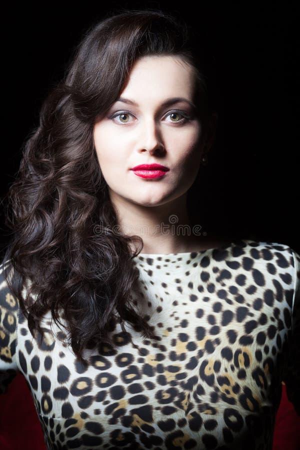 Sensuele vrouw in de kleding met luipaarddruk stock foto's