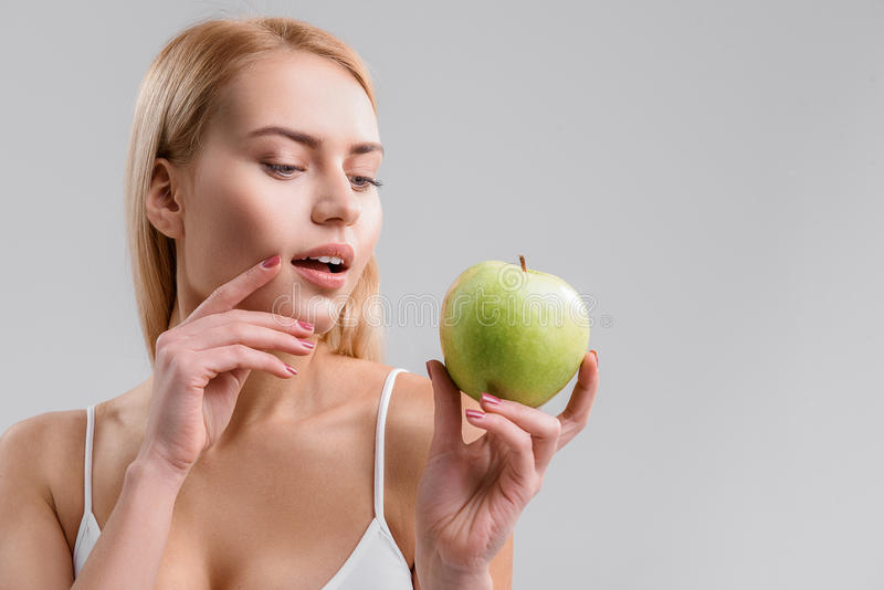 Sensuele vrouw die gezond voedsel eten stock afbeelding