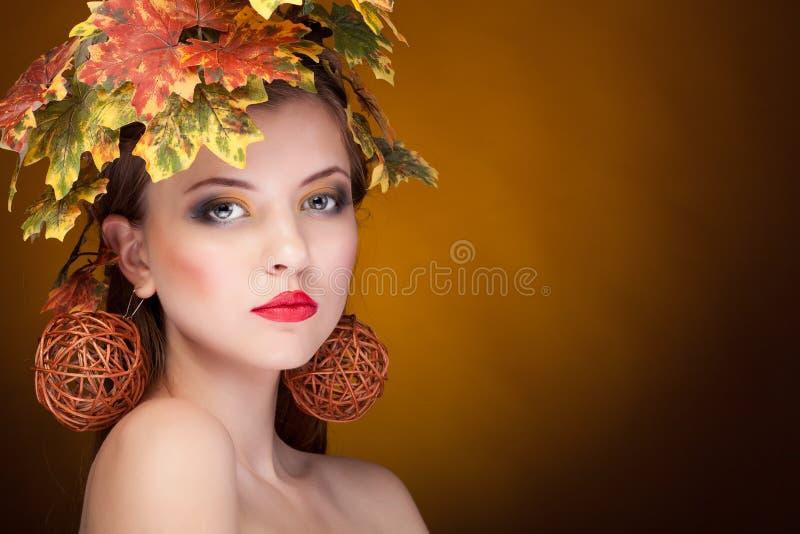Sensuele vrouw met bladeren in hoofd stock afbeeldingen