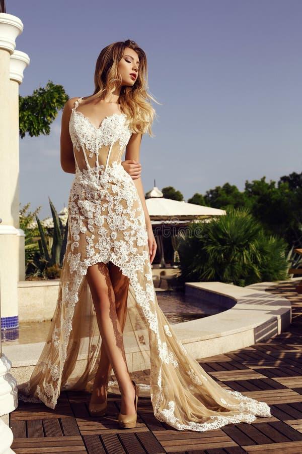 Sensuele vrouw met blond haar in luxueuze kantkleding royalty-vrije stock afbeeldingen