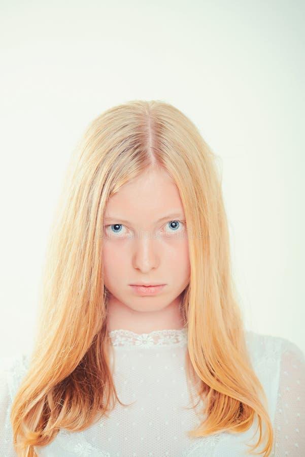 Sensuele vrouw met blond lang haar De vrouw met natuurlijke schoonheid kijkt en geen make-up Albinomeisje met blauwe ogen en wit royalty-vrije stock foto