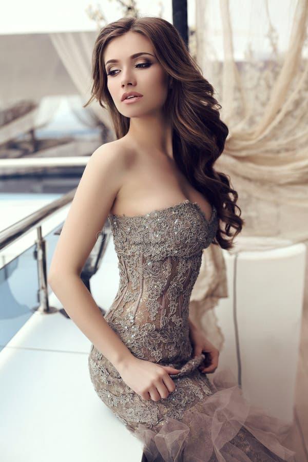 Sensuele vrouw met donker haar in luxueuze lovertjekleding royalty-vrije stock foto