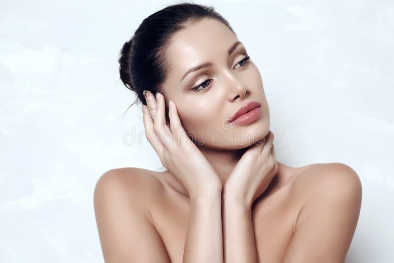 Sensuele vrouw met donker haar met uitstralings gezonde huid royalty-vrije stock afbeeldingen