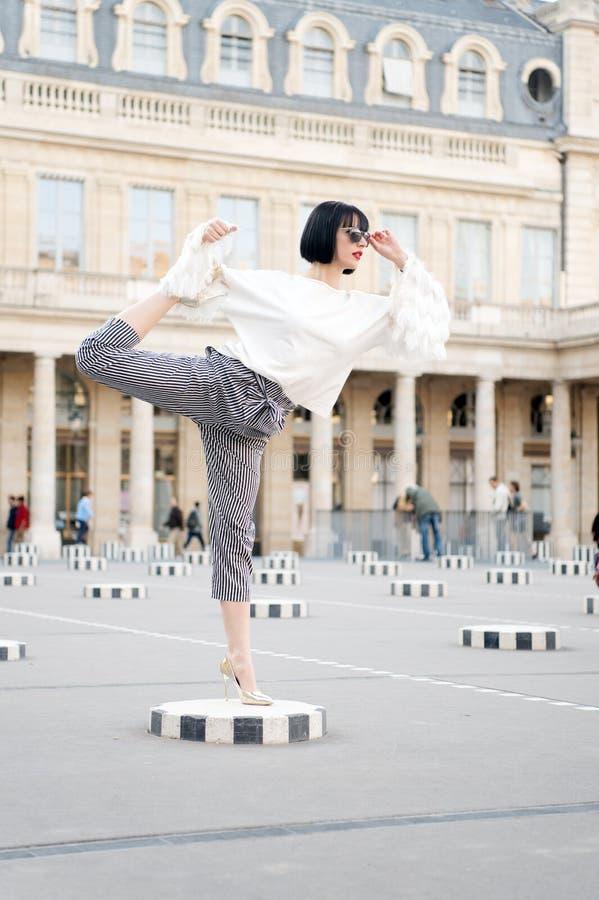 Sensuele vrouw met donkerbruin haar De vrouw stelt op hoge hielschoenen in Parijs, Frankrijk Het schoonheidsmeisje met glamour ki royalty-vrije stock afbeelding