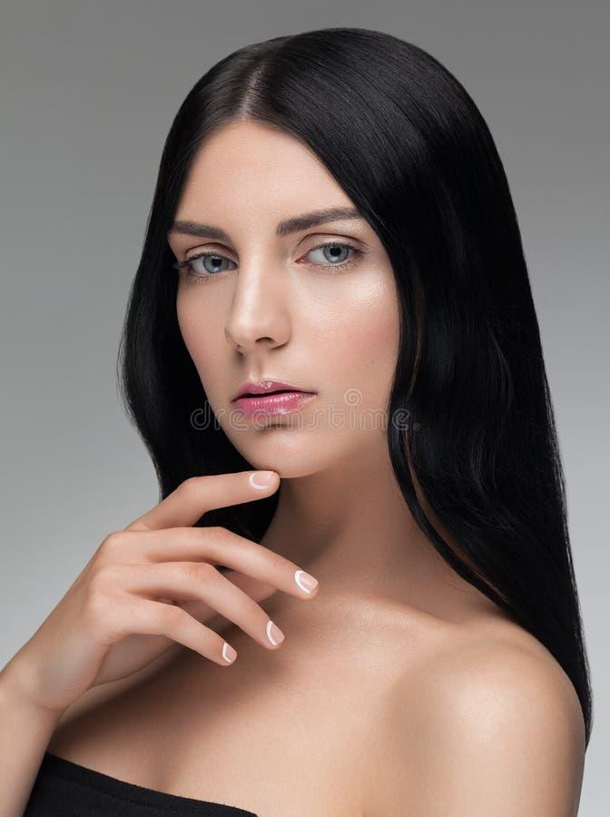 Sensuele vrouw met zwart glanzend haar en groene ogen stock afbeelding