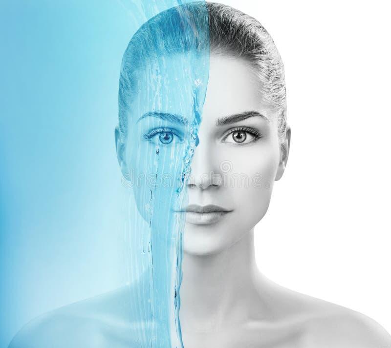 Sensuele vrouw onder waterplons met verse huid stock foto's